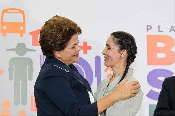 residenta Dilma Rousseff cumprimenta a presidenta da Cooperativa de Costureiras de Osasco-SP, Marise Alves Prazeres
