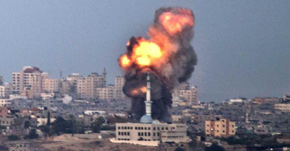 16nov2012---ataque-aereo-isralense-atinge-predios-na-faixa-de-gaza-israel-iniciou-na-madrugada-desta-sexta-feira-16-a-ampliacao-de-sua-ofensiva-contra-gaza_4